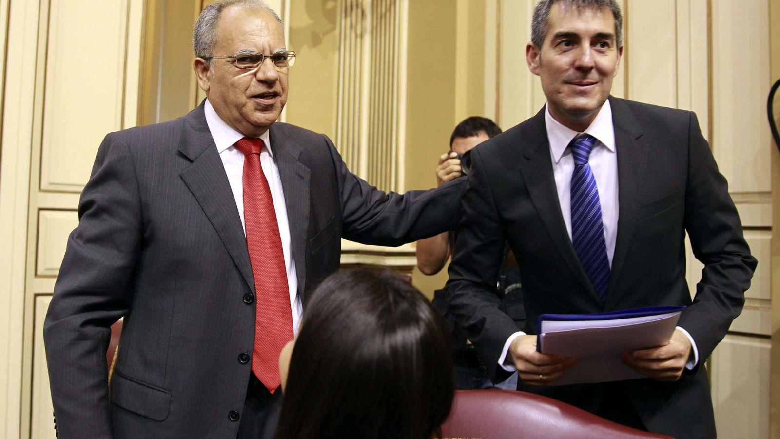 Foto: Casimiro Curbelo, junto a Fernando Clavijo. (EFE)