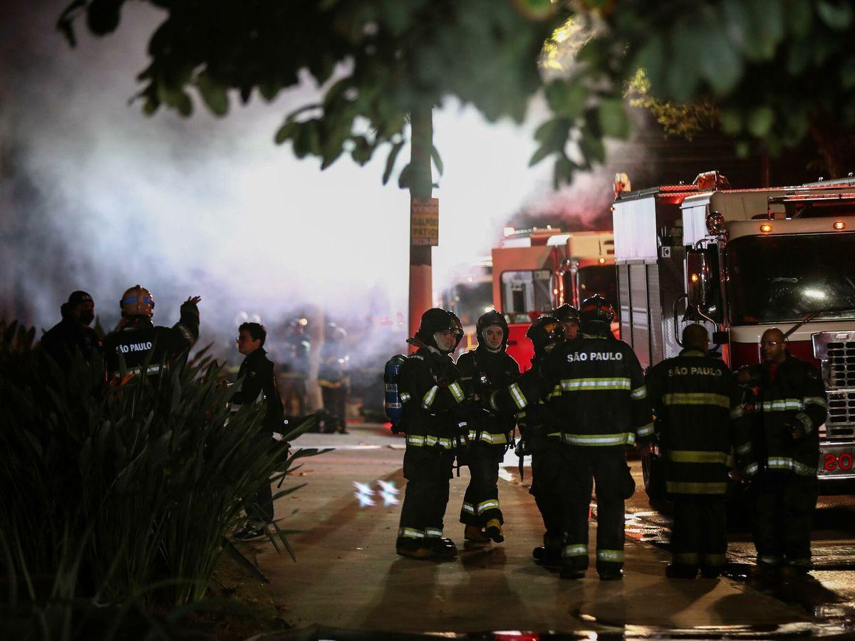 Foto: Labores de los bomberos contra el fuego. (EFE)
