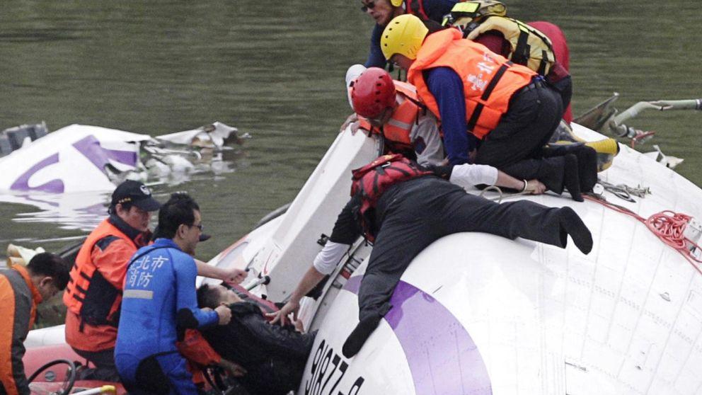 El milagroso rescate de un bebé entre los restos del avión de Taiwán