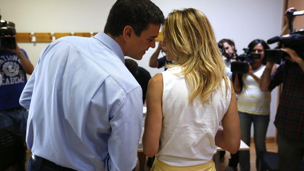Foto: Pedro y Begoña, votando en su colegio electoral. (EFE)