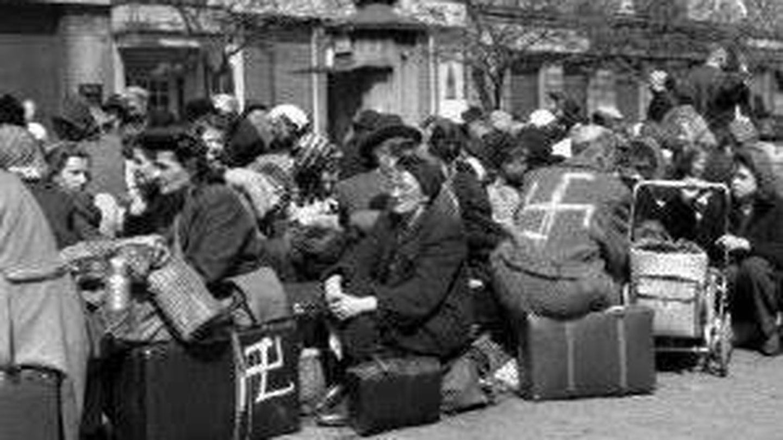 Alemanes expulsados de los Sudetes en Checoslovaquia, marcados con lo esvástica