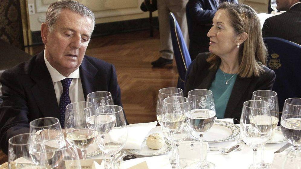 Foto: Javier Godó, conde de Godó, en una imagen de archivo junto a la dirigente popular Ana Pastor. (EFE)