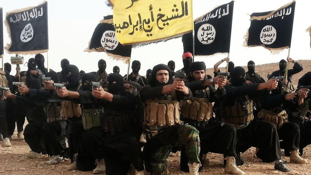 Foto: Imagen difundida por el Estado Islámico de uno de sus comandantes, Abu Waheeb, junto a otros combatientes.
