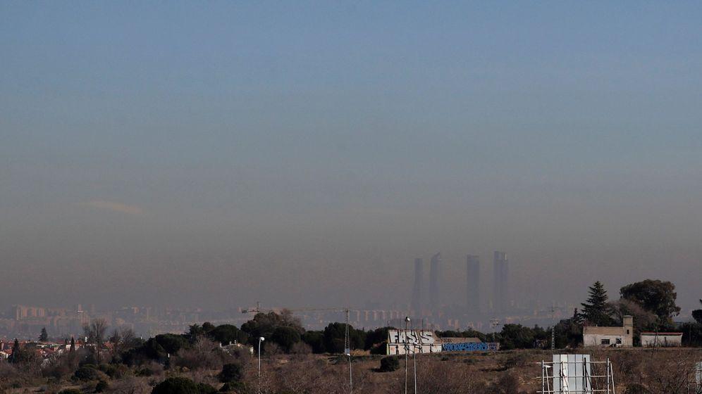 Foto: Imagen de las Cuatro Torres de Madrid bajo una intensa nube de contaminación, este martes en Madrid. (EFE)