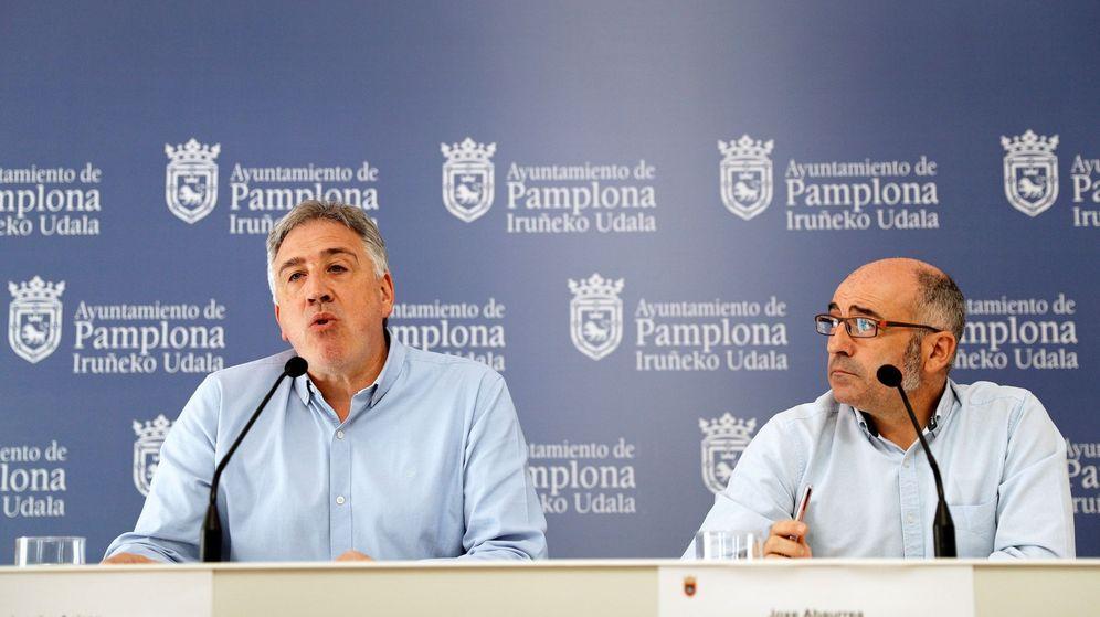 Foto: Joxe Abaurrea, a la derecha, con el anterior alcalde y actual portavoz de Bildu, Joseba Asirón. (EFE)