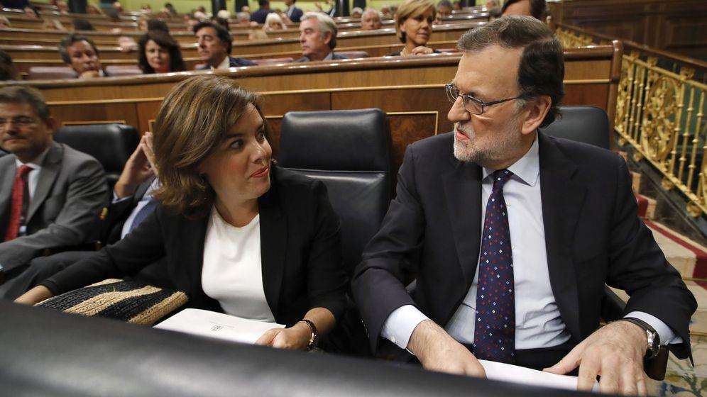 Foto:  El presidente del Gobierno en funciones, Mariano Rajoy (d) conversa con la vicepresidenta del Gobierno en funciones, Soraya Sáenz de Santamaría (i). (EFE)