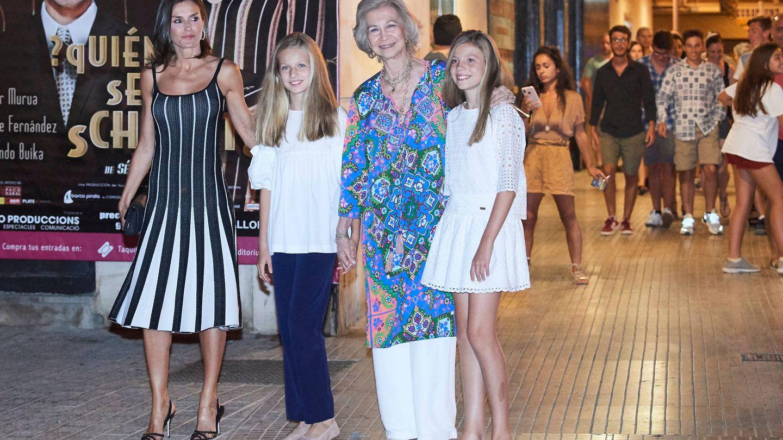 La reina Sofía, el verano pasado con la reina Letizia, Leonor y Sofía. (Limited Pictures)