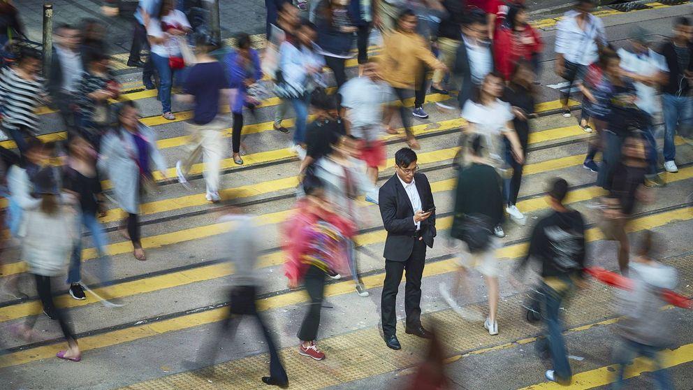 La ley contra el 'peatón zombi': multa de 220 € por mirar el móvil mientras cruzas