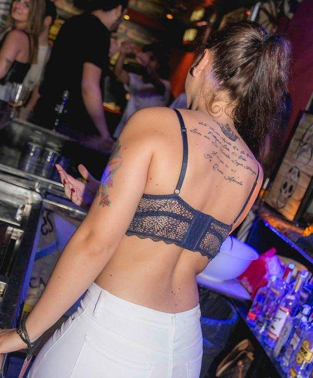 Foto: Una camarera en la discoteca.
