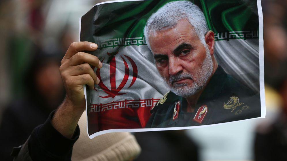 Foto: Un iraní sujeta una foto del general Qasem Suleimani, asesinado por EEUU. (Reuters)