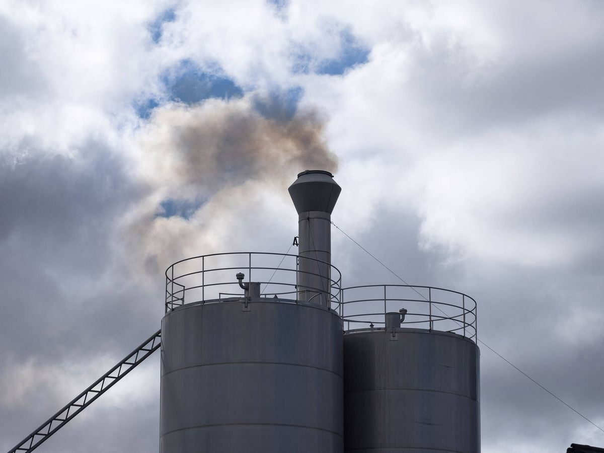 Foto: Humo sale de la fábrica, a escasos metros de tres institutos. (M. S.)