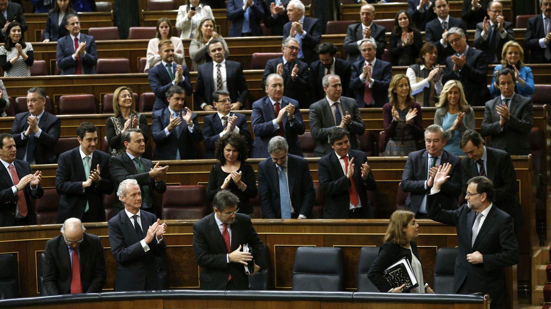 Foto: Diputados del Partido Popular aplauden al presidente del Gobierno, Mariano Rajoy, en la segunda jornada del Debate. (EFE/CHEMA MOYA)