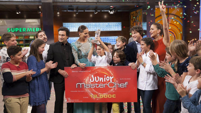 Foto: Paula, con el cheque del triunfo de 'MasterChef Junior 4' (TVE)