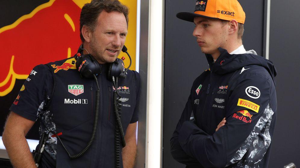 Foto: Christian Horner charlando en Montmeló con Verstappen. (EFE)