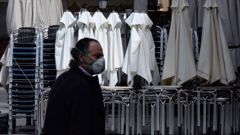 Un hombre ataviado con una mascarilla en el centro de Valladolid durante el cuadragésimo sexto día de confinamiento. (EFE)