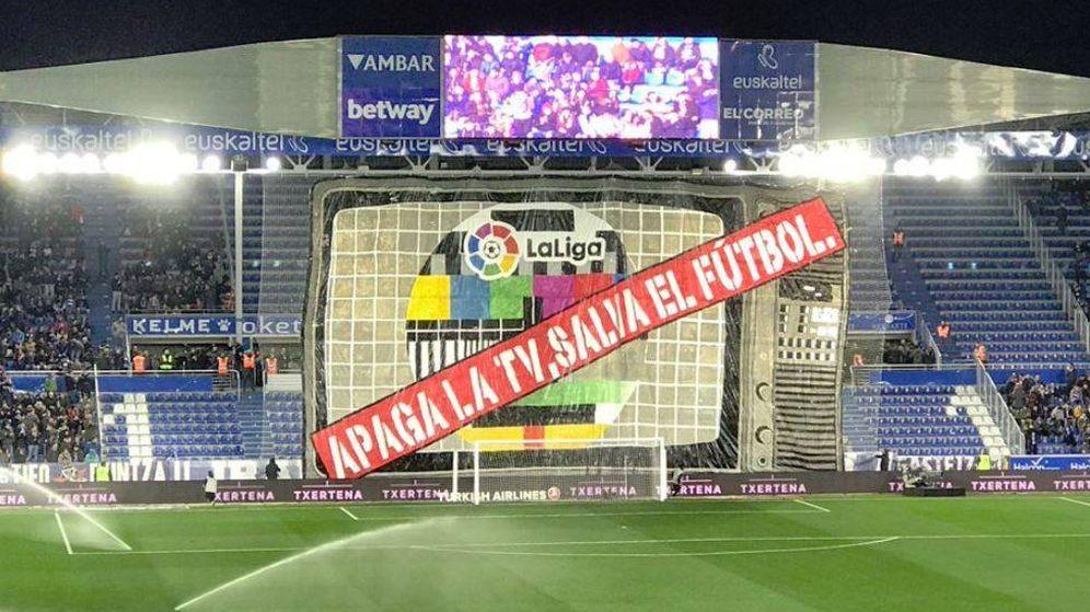 Foto: Pancarta de protesta en el estadio de Mendizorroza (Twitter)