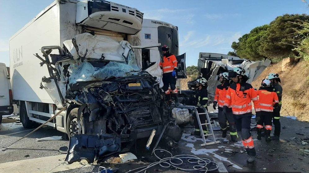 Foto: Los servicios de emergencias trabajan en el lugar del accidente. (Consorcio Provincial de Bomberos de Málaga)