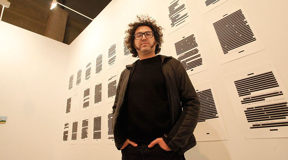 Foto: El Museo Reina Sofía inaugura la muestra 'Sistema operativo', del artista Daniel G. Andújar. Aquí, fotografiado en el último ARCO. (ENRIQUE VILLARINO)