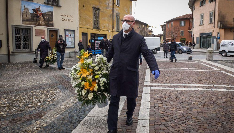 Foto: Un hombre porta una corona de flores y se cubre la boca con una mascarilla en Italia. (Reuters)