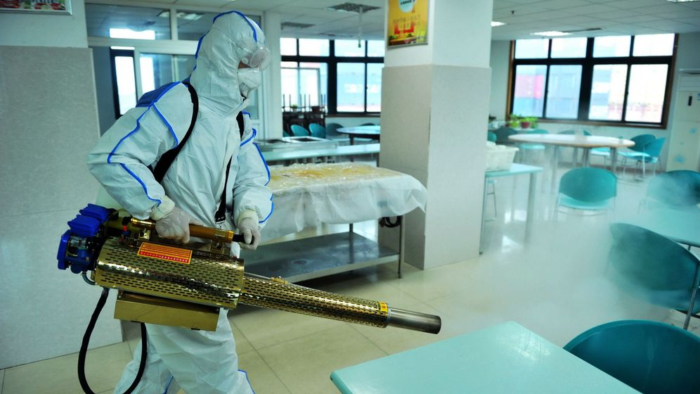 Foto: Un operario limpia una sala para prevenir contra el coronavirus. (EFE)