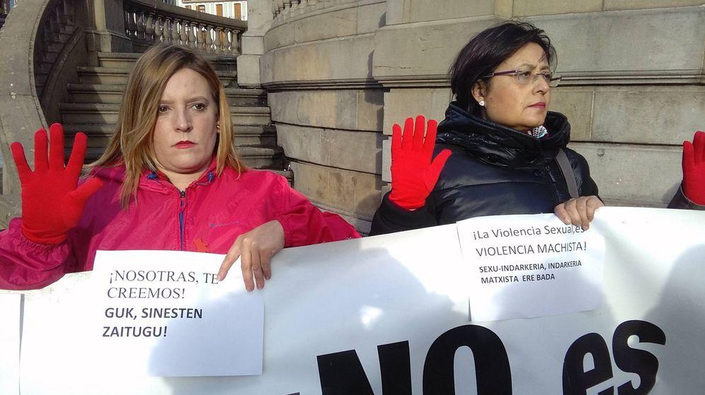 Foto: Participantes en la concentración de apoyo a la víctima de la supuesta agresión sexual múltiple en los Sanfermines de 2016, este lunes en Pamplona. (EC)