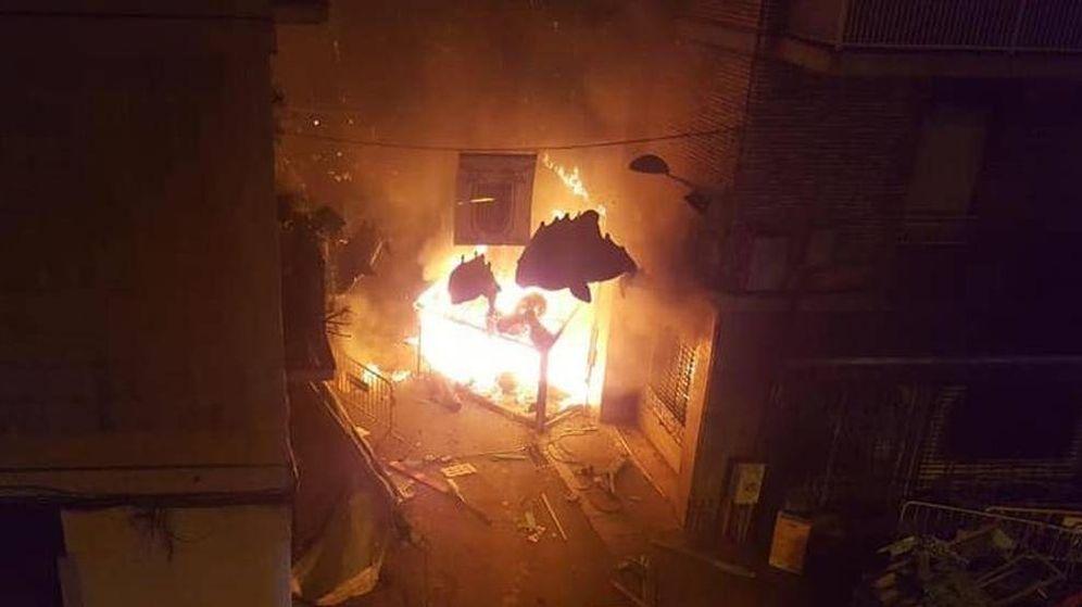 Foto: El fuego destrozando el decorado. (Comisión de Fiestas del Carrer de la Llibertat)