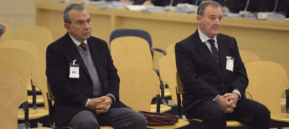 Foto: El exdirector general de la CAM Roberto López Abad (i) y el exdirectivo Juan Ramón Avilés (EFE)