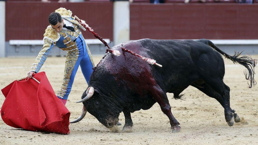Foto: El diestro Paco Ureña en la lidia de su primer toro. (EFE)