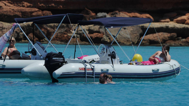 Mette-Marit e Ingrid Alexandra se relajan en la barca mientras Haakon y Sverre Magnus se dan un baño. (Vanitatis)