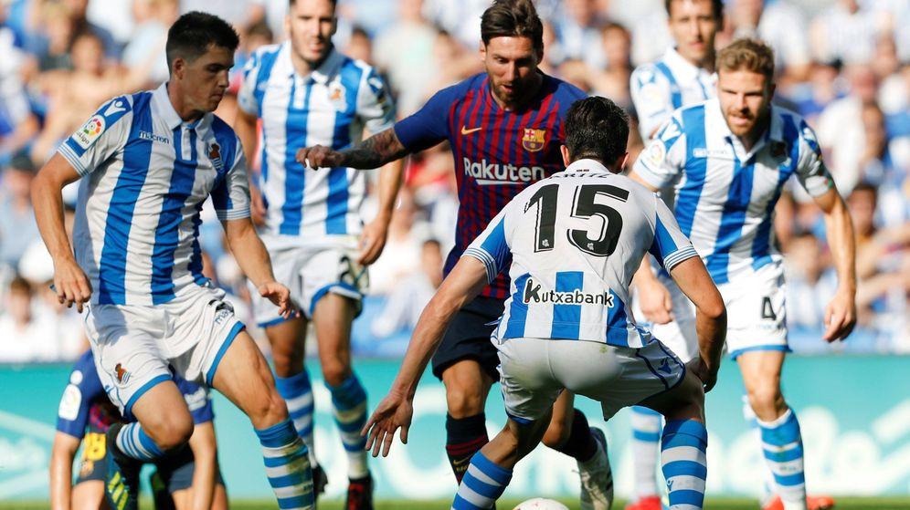 Foto: Messi rodeado de jugadores de la Real Sociedad en Anoeta. (Efe)