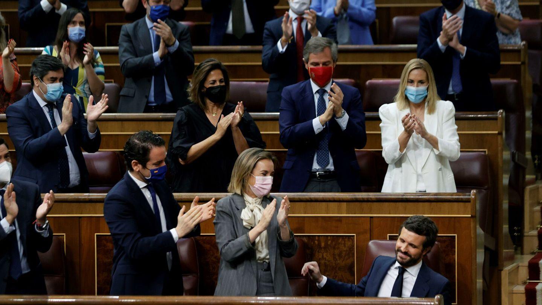 El líder del PP, ovacionado por sus diputados. (EFE)
