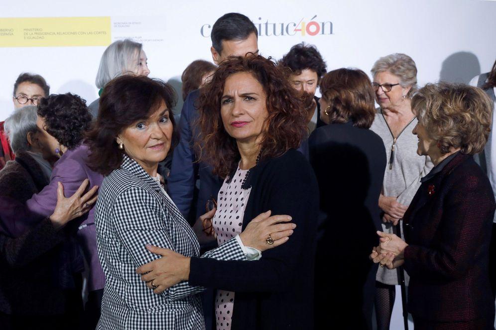 Foto: La vicepresidenta, Carmen Calvo, y la ministra de Hacienda, María Jesús Montero, el pasado 19 de diciembre en Madrid. (EFE)