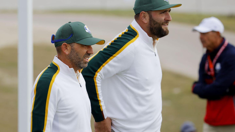 Sergio García (i) y Jon Rahm, en un entrenamiento del equipo europeo. (Reuters)