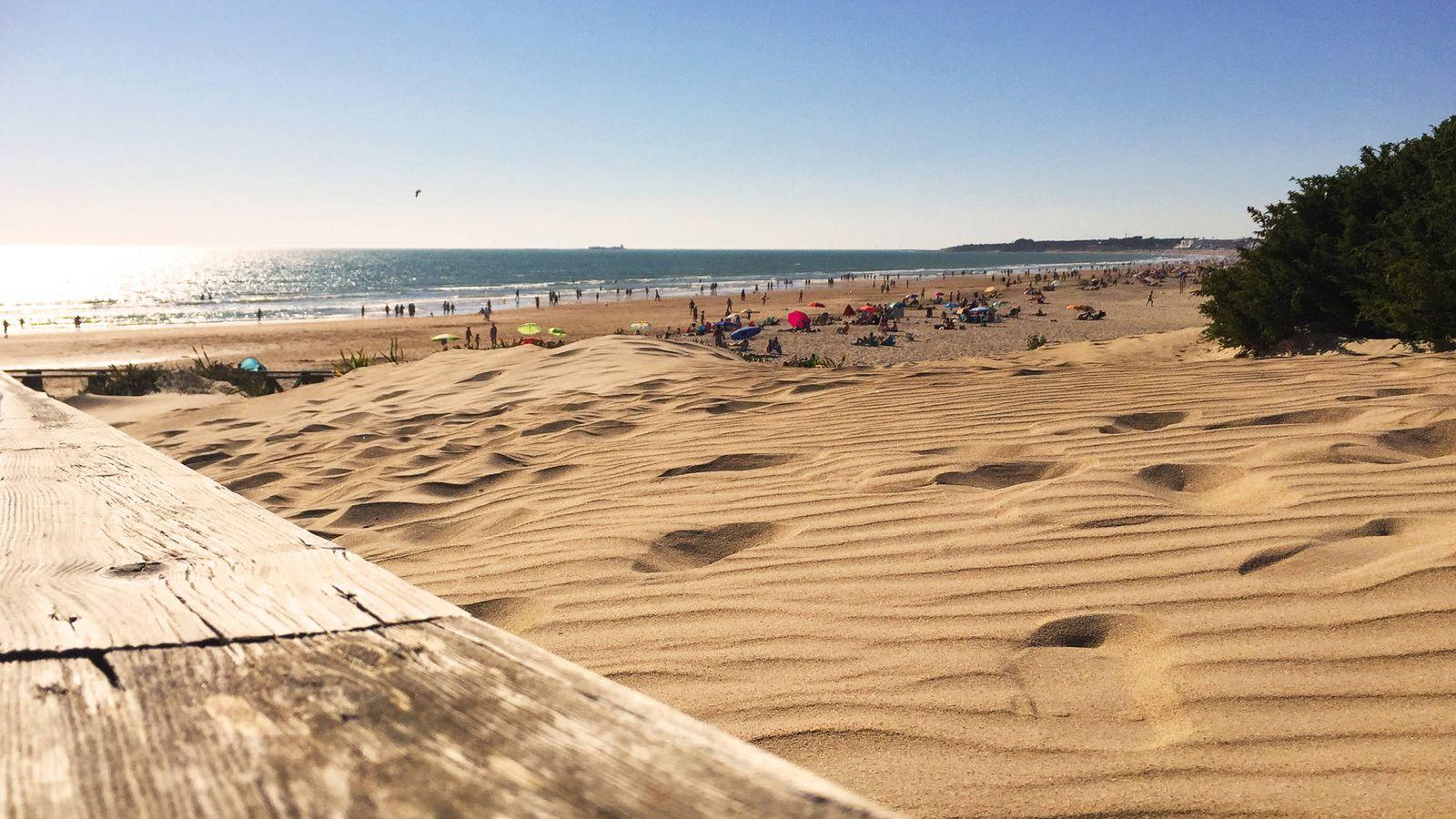 Foto: Así de tentadora es la kilométrica playa de la Barrosa. (Foto: Patronato Provincial de Turismo de Cádiz)