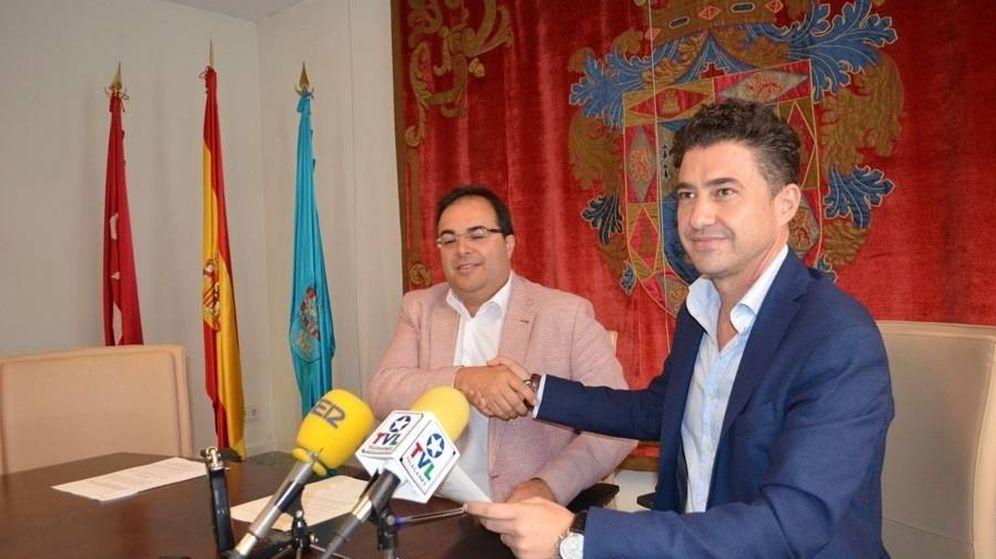 Foto: El alcalde de Leganés (con americana rosa) con el edil de IU que le apoya en el Gobierno.