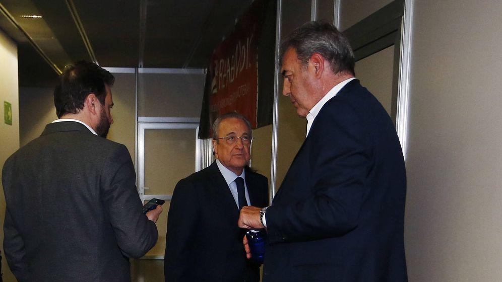 Foto: José Ángel Sánchez, Florentino Pérez y Juan Carlos Sánchez, en los pasillos del WiZink Center tras la final de Copa del Rey. (ACB Photo)