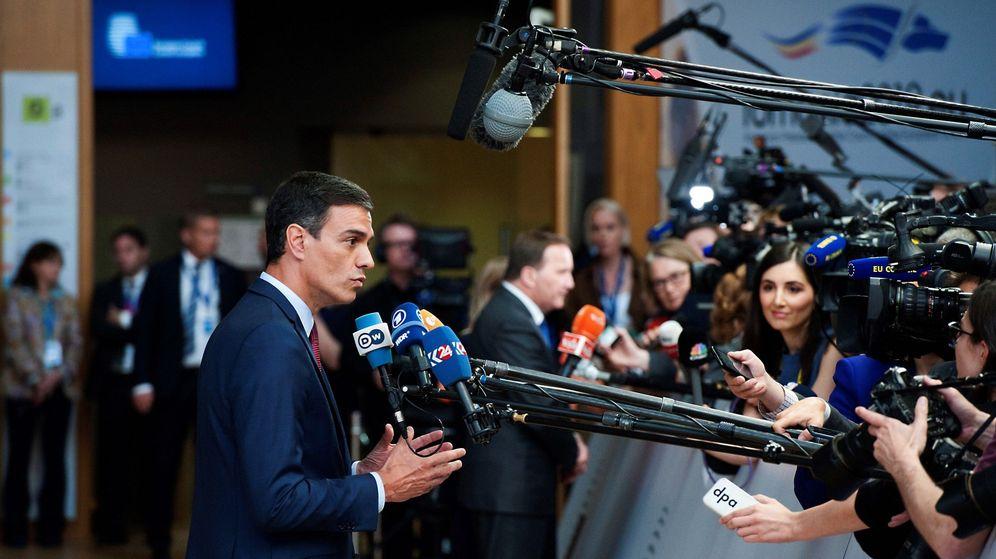 Foto: El presidente del Gobierno, Pedro Sánchez, atiende a los medios a su llegada a la sede del Consejo Europeo en Bruselas. (EFE)