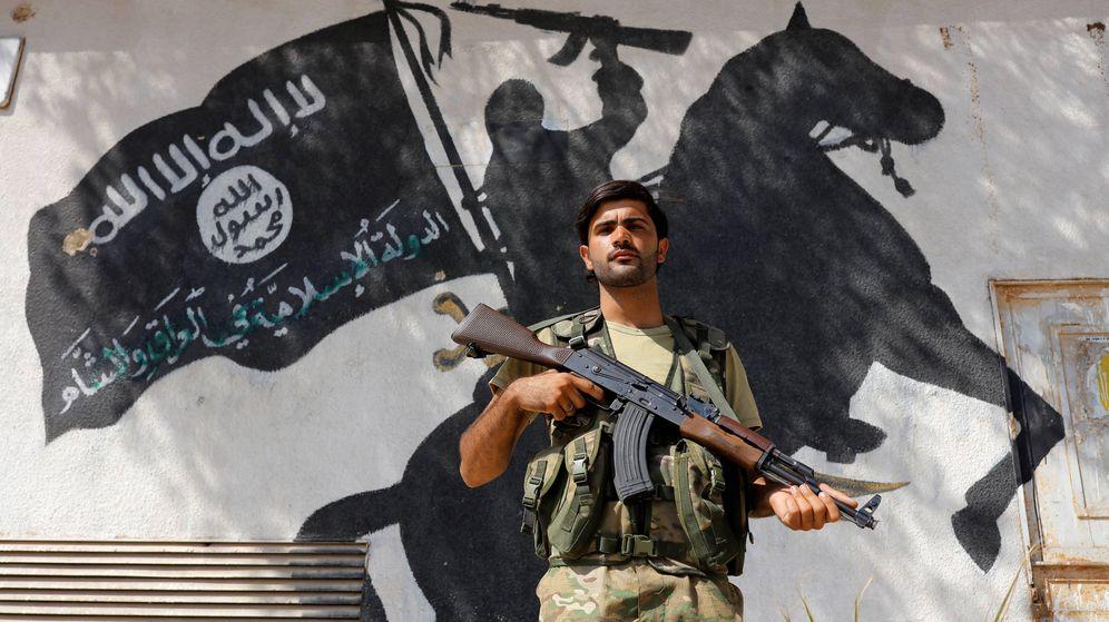 Foto: Soldado frente a un mural del Estado Islámico. (Reuters)