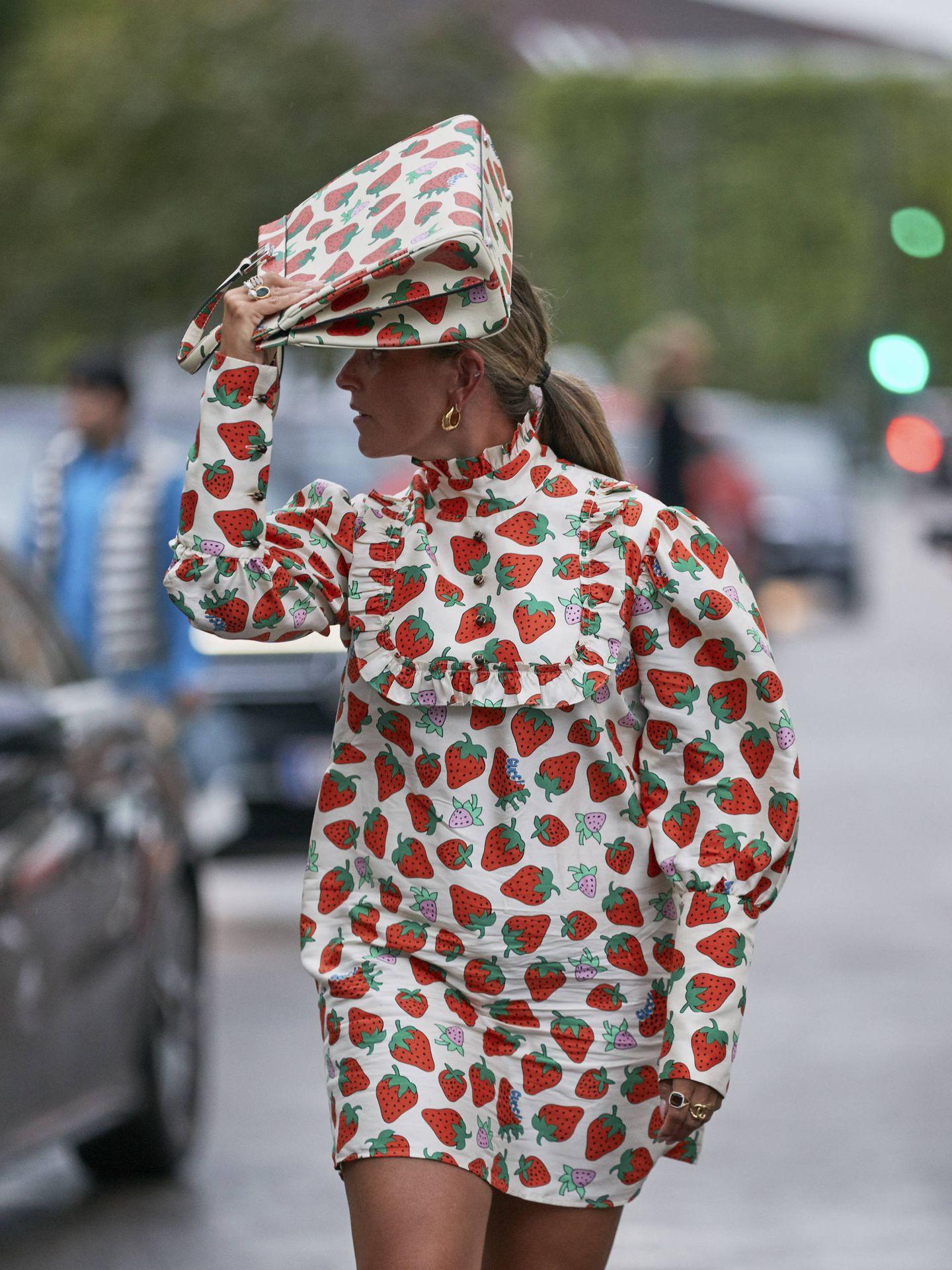 Una influencer con un total look de fresas de Gucci. (Imaxtree)