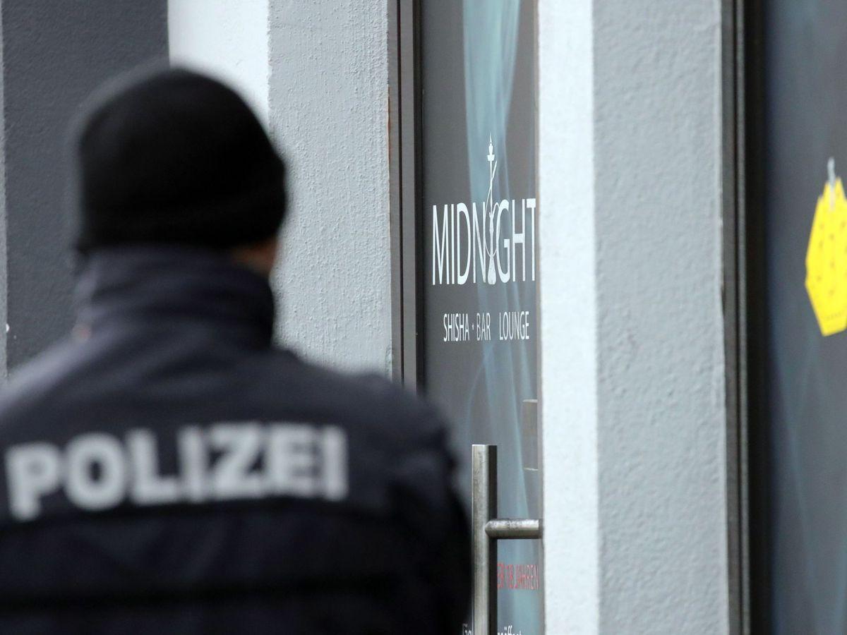 Foto: Un policía en la escena del crimen en Hanau. (Reuters)