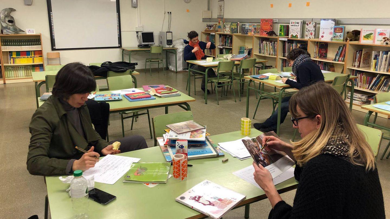 La comisión de género analiza los cuentos infantiles en la escuela Tàber de Barcelona. (Espai i Lleure)
