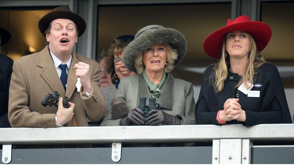 Foto: Camilla parker Bowles junto a su hija Laura. (Cordon Press)