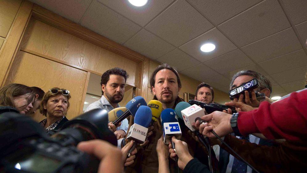 Foto: El secretario general de Podemos, Pablo Iglesias, hace declaraciones a los medios de comunicación. (EFE)