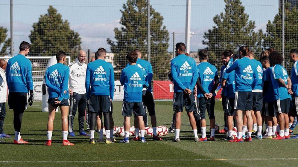 Foto: Zidane da su primera charla con la plantilla en su regreso al Real Madrid. (Foto vía Real Madrid)
