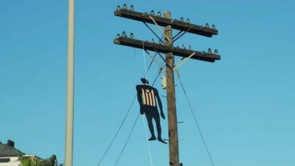Foto: Uno de los muñecos ahorcado en un poste de luz en una carretera de acceso a Valencia. (@Tomas_Munyoz)