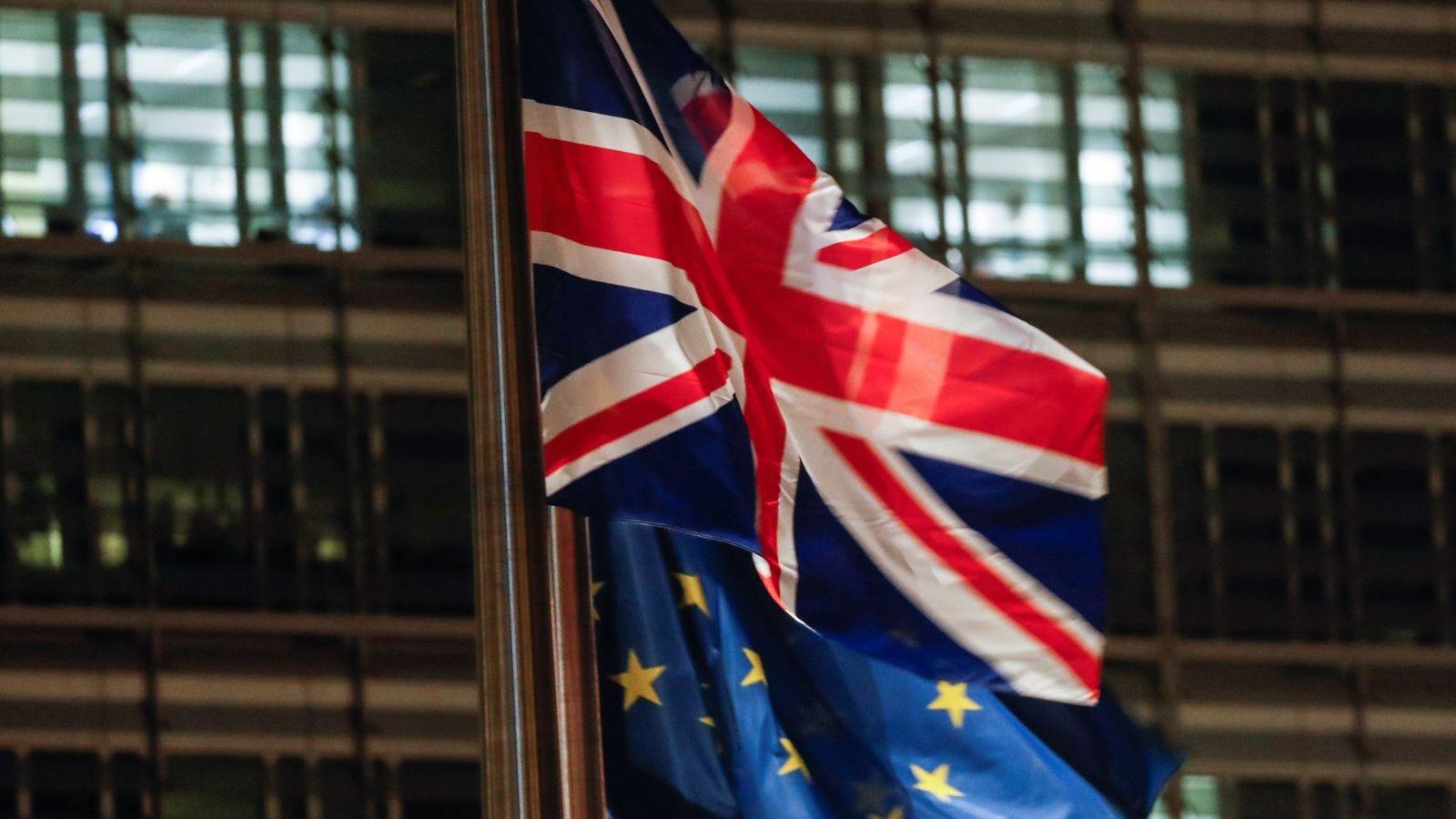 Foto: Las banderas del Reino Unido y de la Unión Europea. (EFE)