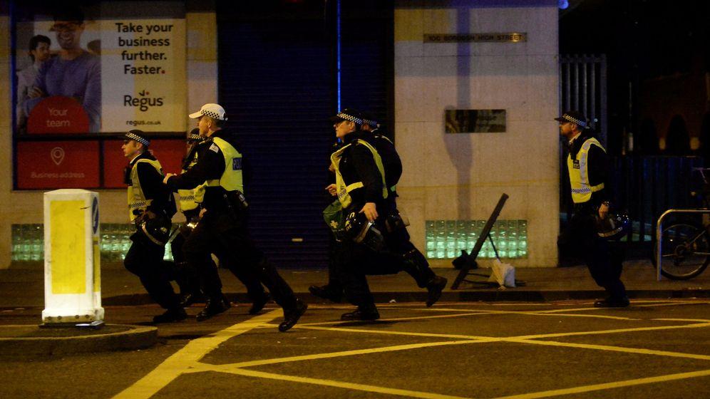 Foto: Agentes de policía corren en la zona de los ataques. (Reuters)