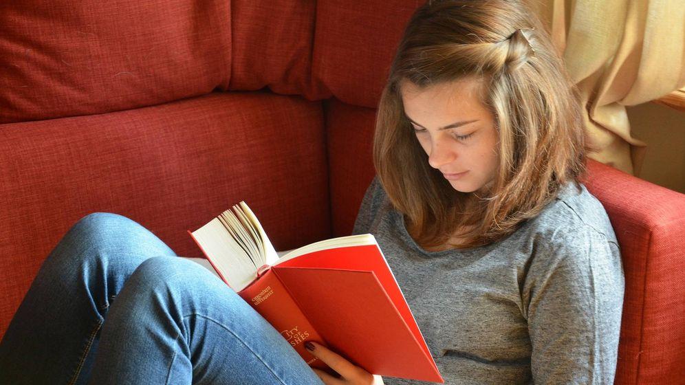 Foto: Una chica leyendo un libro (Pixabay)