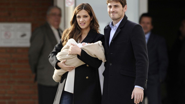 Foto: Iker Casillas y Sara Carbonero presentando a su hijo (Gtres)