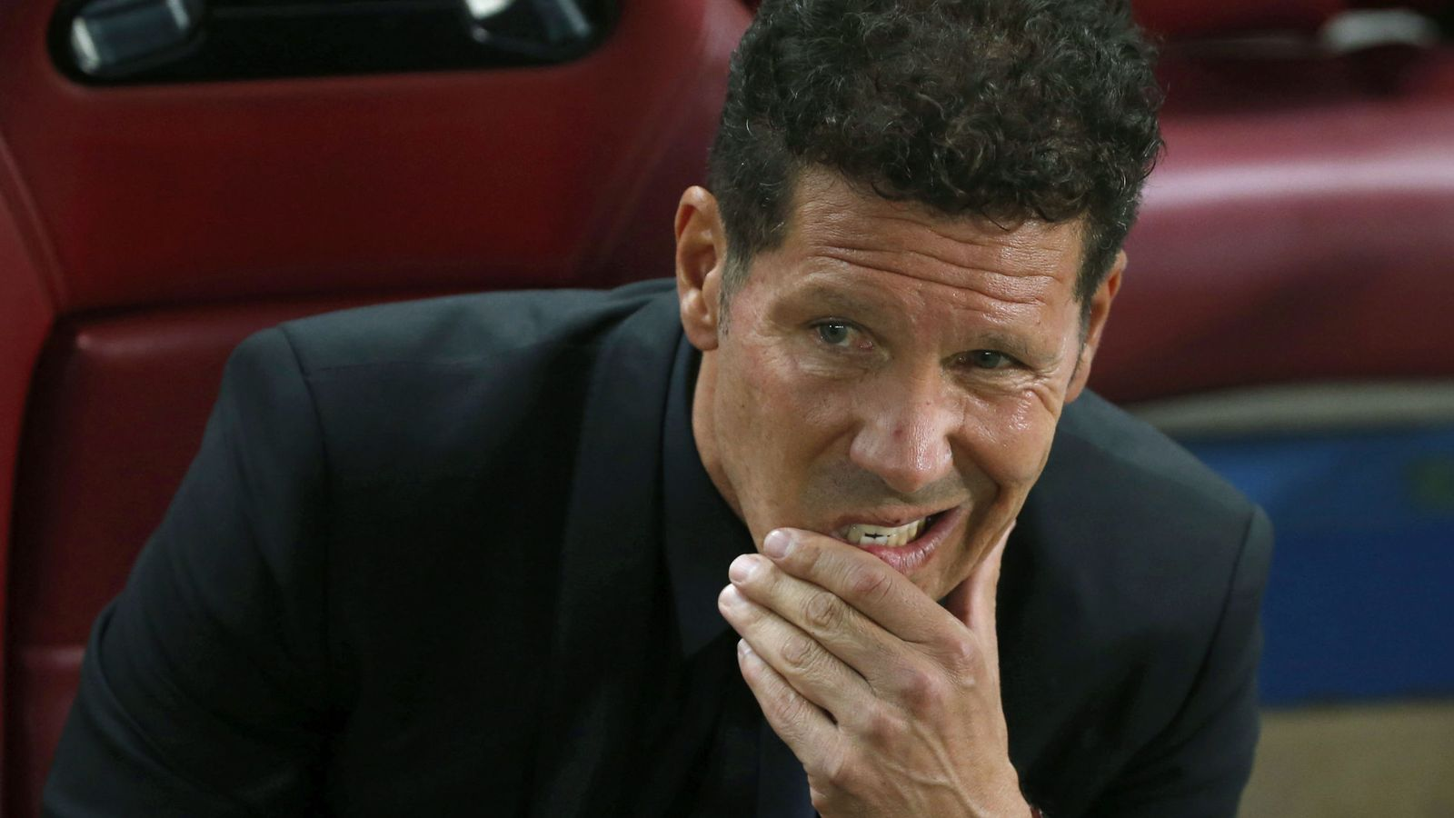 Foto: Simeone, pensativo, durante un partido del Atlético de Madrid. (EFE)